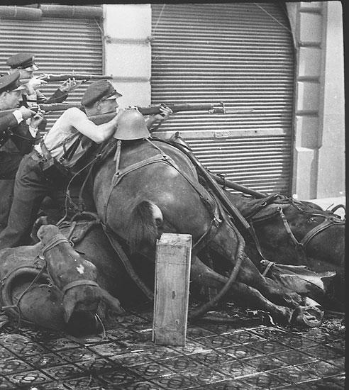Guardias de asalto en la calle Diputación, Barcelona. 19 de julio de 1936.