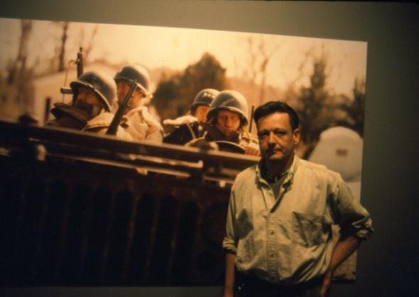 Mark Hogancamp enfrente de una de sus fotografías de Marwencol