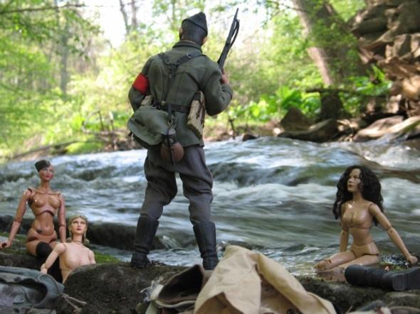 Las mujeres de Marwencol son interrumpidas por un soldado nazi