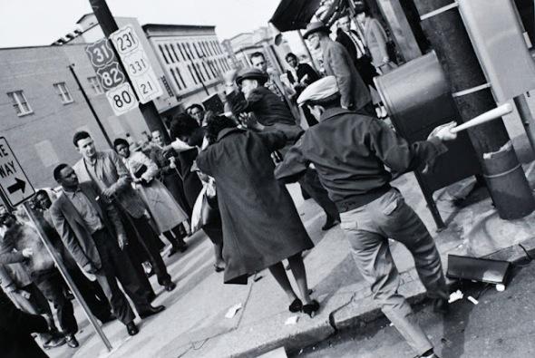 Charles Moore: Hombre golpeando a una mujer negra, 1960-61.