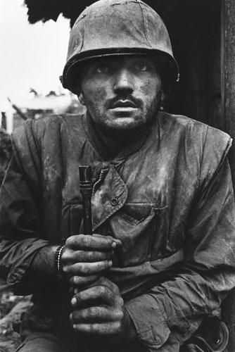 Don McCullin: Un marine en estado de shock a la espera de ser evacuado de la zona de batalla. Hue, Vietnam, 1968