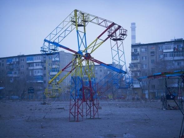Simon Norfolk - Noria en un descampado en la urbanización Mikrorayon construida durante la invasión soviética, Kabul, 2010
