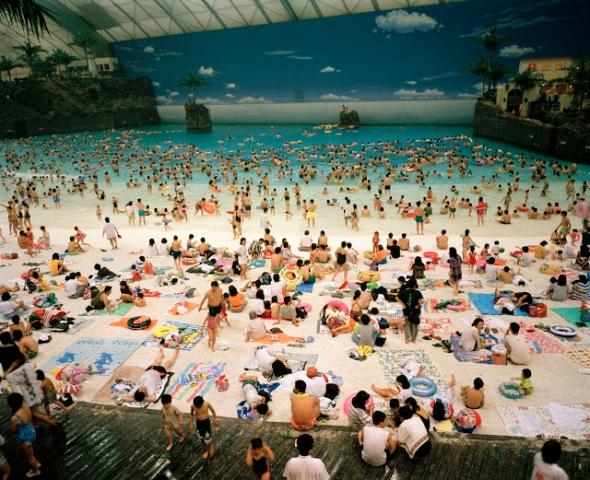 Martin Parr - Artificial Beach Ocean Dome, Japón, 1996